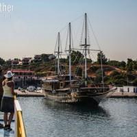 Athos-Kreuzfahrt - Piratenschiff im Hafen von Ormos Panagias