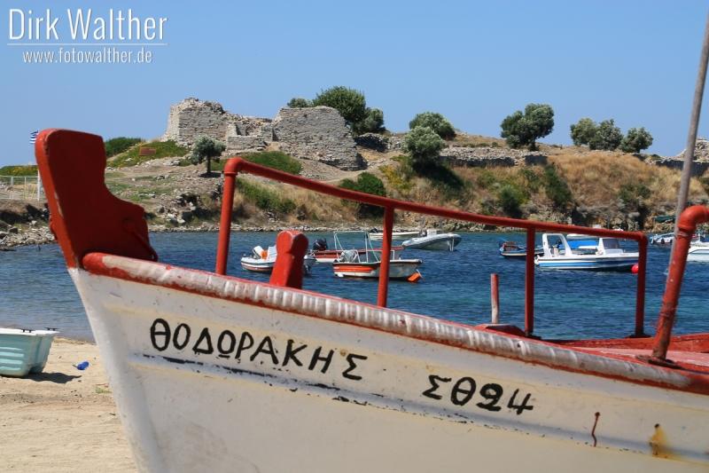 Halbinsel Sithonia - Fischerboote in Toroni mit der alten Ruine im Hintergrund