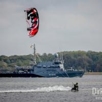 Kitesurfer vor einem Marineschiff