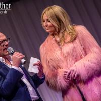 Lieb Ju Catwalk - Moderator Stefan Schulze-Hausmann interviewt Frauke Ludowig