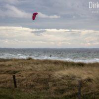 Kitesurfer vor den Dünen von Püttsee